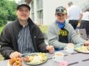 Tobias Schimbold (links) und Alexander Schimbold (rechts) lassen es sich gut schmecken
