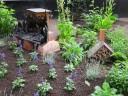 mit Deko und Insektenhaus