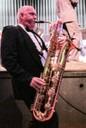 mit zwei Saxophonen