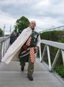 eilten über die Brücke